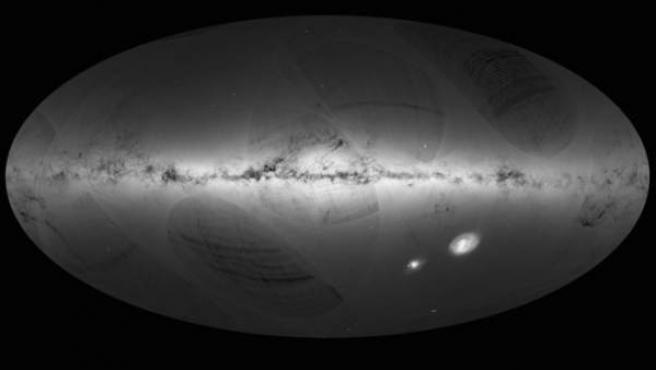 Este es el primer mapa de la Vía Láctea y galaxias vecinas realizado con los datos recogidos por la sonda Gaia de la Agencia Espacial Europea durante su primer año en el espacio de julio de 2014 hasta septiembre de 2015. Las regiones más oscuras corresponden a las zonas con menos estrellas.