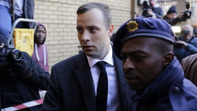 El atleta sudafricano Oscar Pistorius (c) a su llegada al Tribunal Superior de Pretoria. El deportista ha sido condenado a seis años de prisión por el asesinato a disparos de su novia.