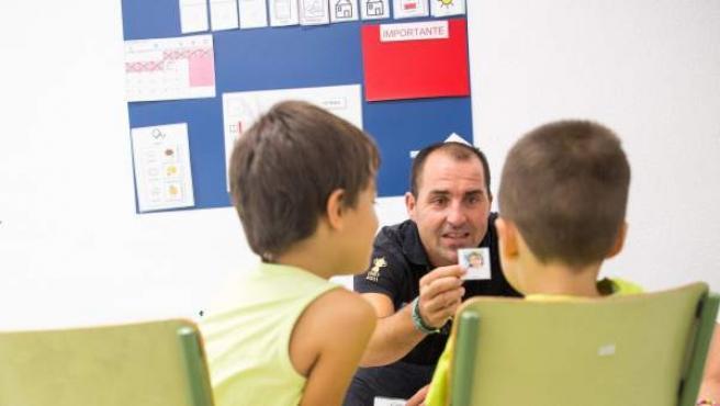 Al entrar en clase lo primero es la asamblea, saludarse y ver qué toca hacer con ayuda de pictogramas y fotos.