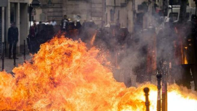 Un cóctel molotov explota al lado de varios policías durante una manifestación contra la nueva reforma laboral en París.