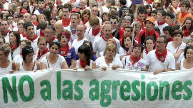 Concentración en la Plaza del Ayuntamiento de Pamplona, para mostrar la condena y rechazo ante la agresión sexual a una joven.