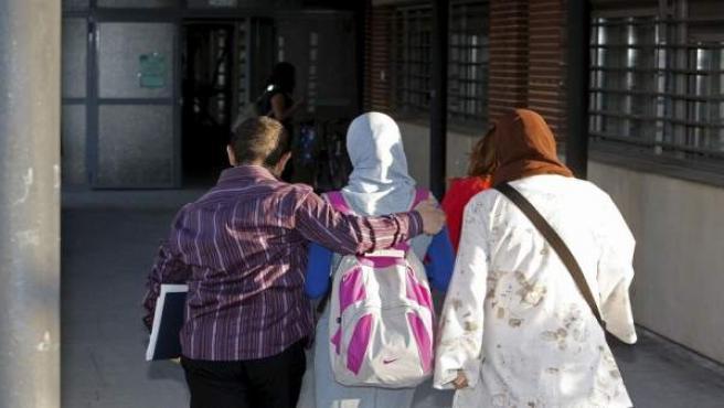 Varias mujeres llevan un hiyab.