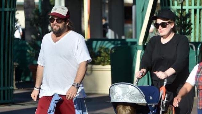 La cantante británica Adele, con su pareja y su hijo paseando por California.