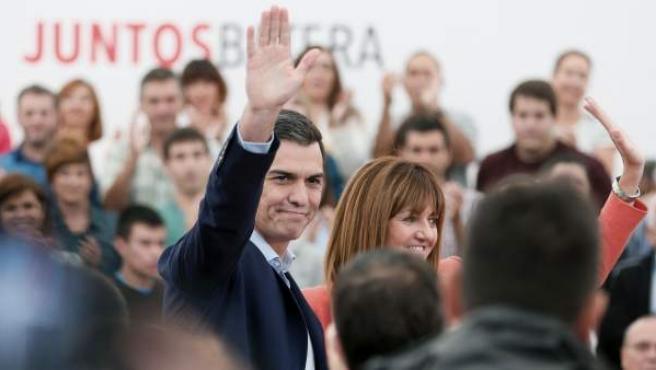 El secretario general del PSOE, Pedro Sánchez (d), junto a la candidata socialista a lehendakari, Idoia Mendia (i), durante un acto electoral de la campaña vasca celebrado en San Sebastián.