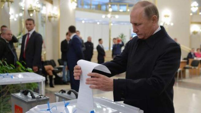 Vladimir Putin vota en las elecciones para constituir la Duma o cámara baja.