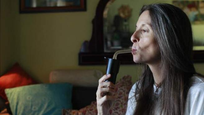 Mercedes De la Mata, inhalando marihuana de un vaporizador para mitigar sus dolor crónico neuropático,