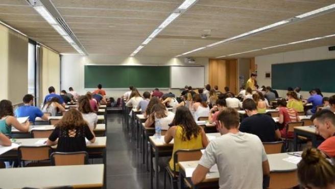 Alumnos haciendo un examen.