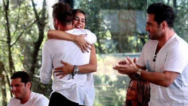 Los cantantes Chenoa y David Bisbal se abrazan junto a sus excompañeros de 'Operación Triunfo'
