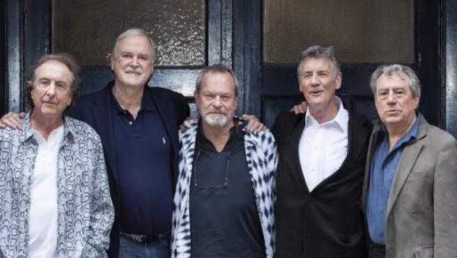 Los comediantes de Monty Python (de izda a dcha) Eric Idle, John Cleese, Terry Gilliam, Michael Palin y Terry Jones posan para el fotógrafo.