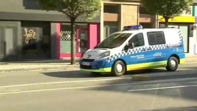 Un furgón policial traslada a los acusados por una violación durante los Sanfermines en Pamplona.