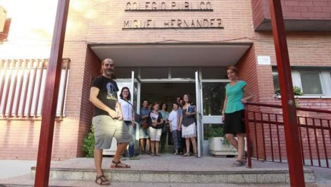 Este colegio de Getafe (Madrid) está inmerso en el Movimiento de Renovación Pedagógica. Su director, Alfredo Fernández, junto al Consejo Escolar.