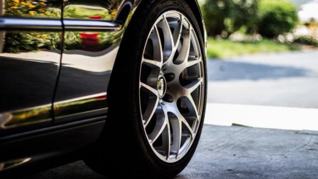 Si los neumáticos van con exceso de presión, agarran peor y tienen mayor riesgo de sufrir un reventón.