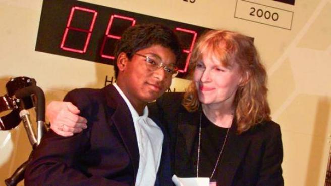 La actriz Mia Farrow con su hijo Thaddeus.