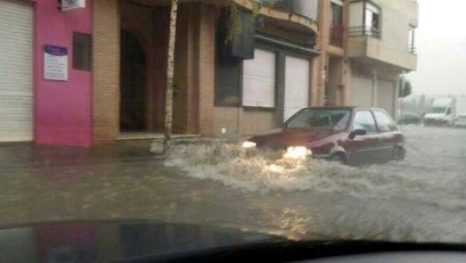 Nivel del agua en la calle por las lluvias y tormenta