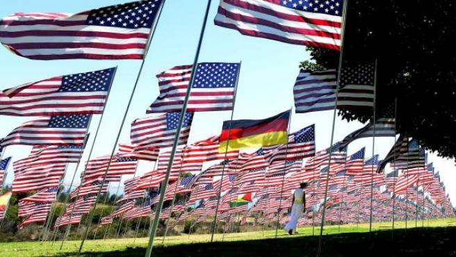 Una mujer camina entre las 2.997 banderas colocadas en honor a las víctimas fallecidas en los atentados del 11-S en la Universidad de Pepperdine en Malibú (Estados Unidos).