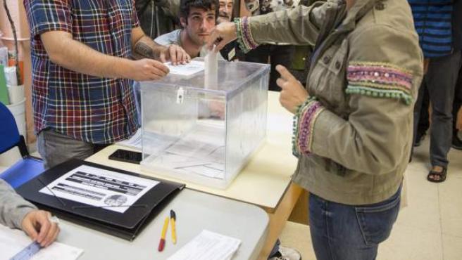 Una ciudadana vasca vota en un colegio electoral del centro de Vitoria.