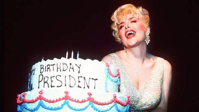 Gennifer Flowers, la supuesta examante de Bill Clinton que Trump quiere llevar al debate presidencial, disfrazada de Marilyn Monroe para cantar el cumpleaños feliz.