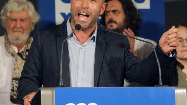 El candidato de En Marea, Luís Villares, durante su comparecencia esta noche en Santiago de Compostela para valorar los resultados electorales.