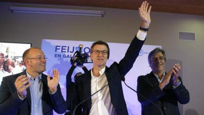 El presidente de la Xunta y candidato a la reelección, Alberto Nuñez Feijóo, junto al secretario geneal del PPdG, Miguel Tellado (i), y el portavoz parlamentario, Pedro Puy (d).