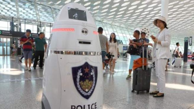 Un robot armado llamado Anbot en el aeropuerto de Shenzhen, cerca de Hong Kong.