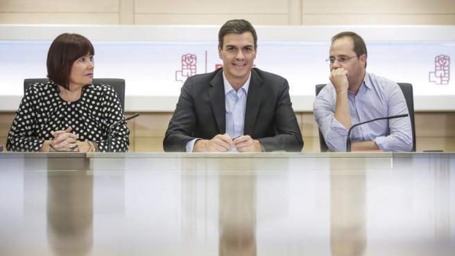La presidenta, el secretario general y el secretario de Organización de los socialistas, Micaela Navarro, Pedro Sánchez y César Luena, respectivamente.