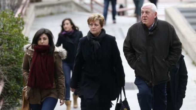 Isabel de la Fuente (c) madre de Cristina Arce, fallecida junto con otras cuatro jóvenes, su hermana y su padre a su llegada a la sede de la Audiencia Provincial para comparecer en el juicio por la tragedia del Madrid Arena.