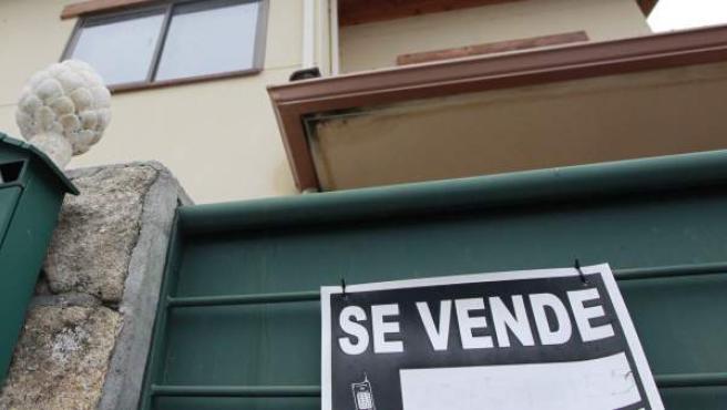 Un cartel de Se Vende en una vivienda.