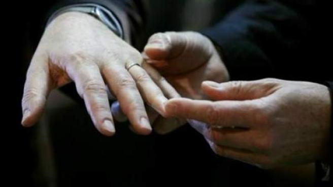 Dos mujeres se intercambian los anillos el día de su boda.