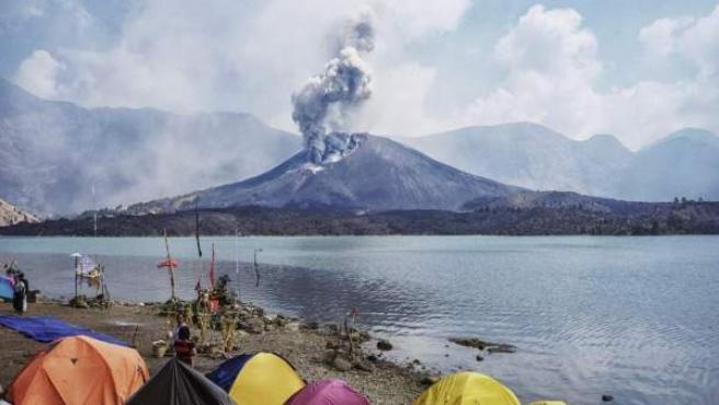 El volcán Rinjani, en la isla de Lombok, en una imagen de archivo.