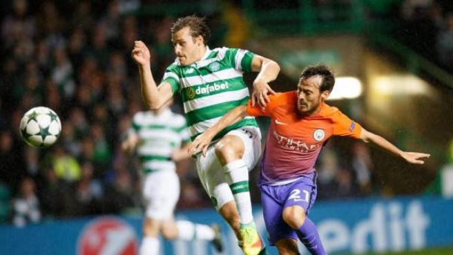 David Silva es frenado por Erik Sviatchenko en el Celtic de Glasgow - Manchester City.