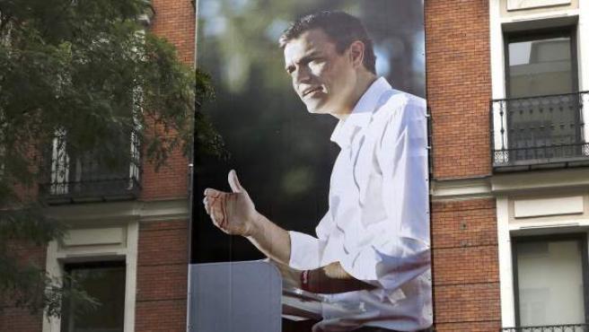 Lona con la foto del líder del PSOE en Ferraz, Pedro Sánchez, y otra con el lema El cambio que une como parte de la campaña de movilización con vistas a las elecciones generales del 20-D.