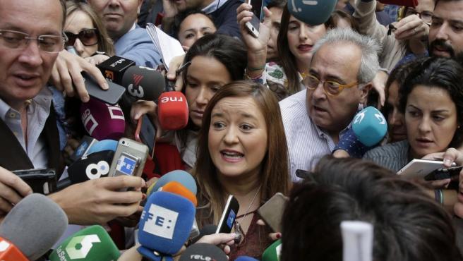 La presidenta del Comité Federal del PSOE, Verónica Pérez, se ha arrogado la condición de ser la única autoridad del partido en este momento tras la dimisión ayer de 17 miembros de la ejecutiva socialista. En la imagen, rodeada de periodistas a su llegada a Ferraz.