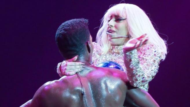 Lady Gaga con un bailarín en un concierto.
