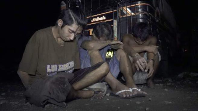 Filipinos arrestados durante una operación contra drogas ilegales.