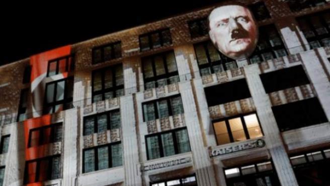 La cara de Adolf Hitler proyectada en un edificio en Berlín, Alemania.