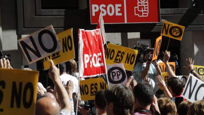 Momentos de tensión en la puerta de la sede del PSOE en Ferraz.