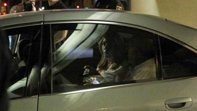 Susana Díaz abandona la sede del PSOE en coche tras el Comité Federal en el que dimitió Pedro Sánchez.