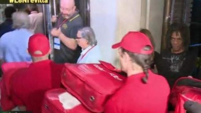 Momento en el que repartidores de pizzas llegan a la sede del PSOE en Ferraz.