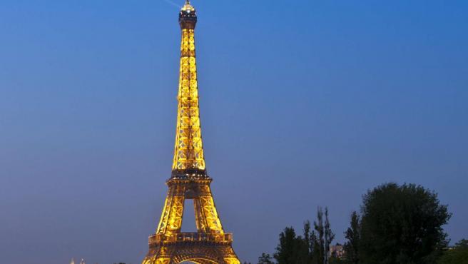 El río Sena, a su paso por París, con la Torre Eiffel al fondo.