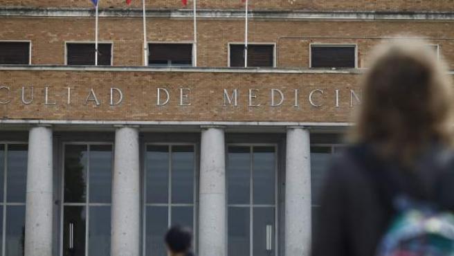 Fachada de la Facultad de Medicina de la Universidad Complutense de Madrid.