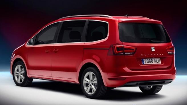 El maletero del SEAT Alhambra tiene una capacidad de 655 litros con dos filas de asientos disponibles y de 2.430 litros con una fila de asientos.
