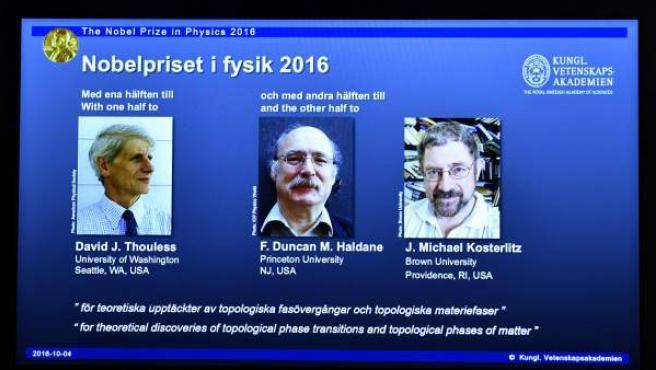 Los británicos David J. Thouless, Duncan Haldane y Michael Kosterlitz, galardonados con el premio Nobel de Física 2016.