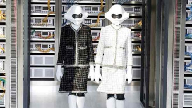 Modelos de Chanel desfilan en la Paris Fashion Week disfrazadas con trajes que recuerdan a la saga 'Star Wars'.
