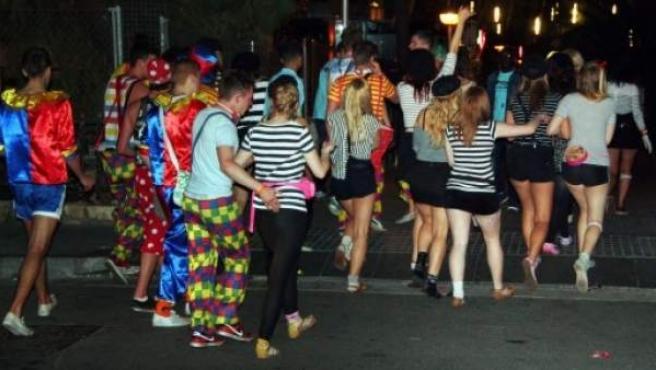 Varios universitarios británicos, durante una fiesta nocturna del Saloufest.