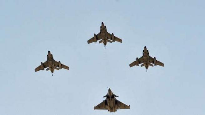 Fotografía de archivo tomada el 14 de julio de 2008 que muestra cuatro cazas Rafale sobrevolando los Campos Elíseos durante el desfile militar por el Día de la Bastilla, en París (Francia).
