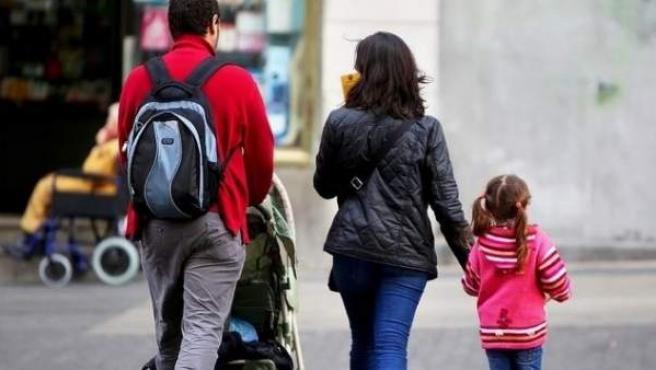 Una familia española pasea con sus dos hijos pequeños