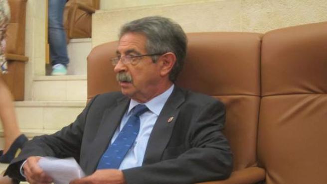 Miguel Ángel Revilla antes de intervenir en el Debate del Estado de la Región
