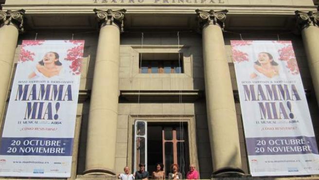 Tres actrices de 'Mamma Mia!' (centro) en el Teatro Principal