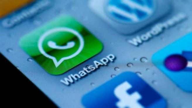 Imagen de las aplicaciones de WhatsApp y Facebook en un móvil.