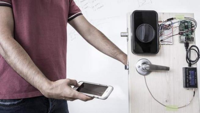 El equipo de investigación probó la técnica en el iPhone y otros sensores de huellas dactilares, así como paneles táctiles de portátiles Lenovo y la pantalla táctil capacitiva Adafruit.